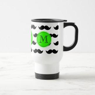 Modelo negro del bigote, monograma verde taza de viaje