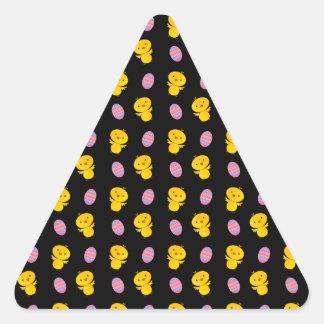 Modelo negro lindo de pascua del polluelo del bebé pegatina triangular