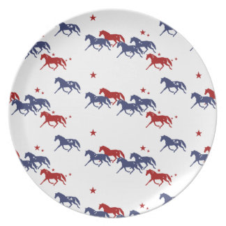 Modelo patriótico de los caballos que trotan plato de comida