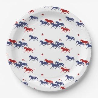 Modelo patriótico de los caballos que trotan plato de papel de 9 pulgadas