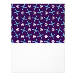Modelo púrpura de los esquís y de los copos de nie tarjetas informativas