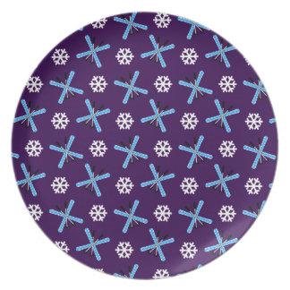 Modelo púrpura de los esquís y de los copos de nie plato para fiesta