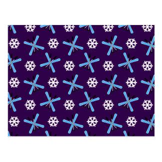 Modelo púrpura de los esquís y de los copos de nie tarjeta postal