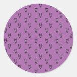 Modelo púrpura del búho pegatina redonda