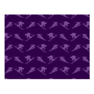 Modelo púrpura del esquí tarjeta postal