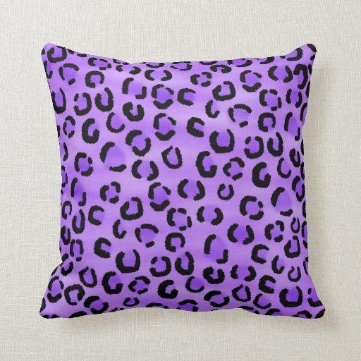 Modelo púrpura del estampado leopardo almohada