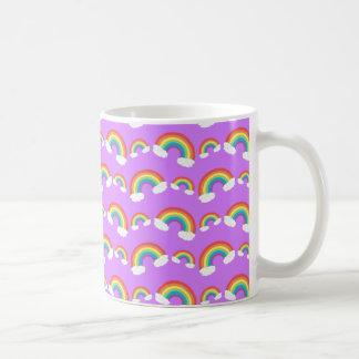 Modelo púrpura en colores pastel de los arco iris taza básica blanca