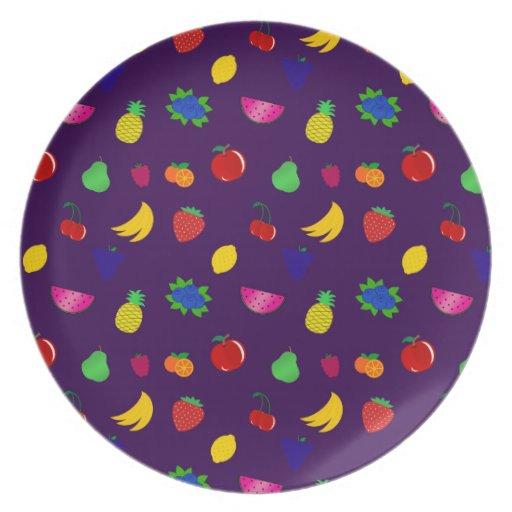 Modelo púrpura lindo de las frutas platos de comidas