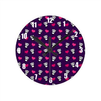 Modelo púrpura lindo de los corazones de la panda reloj redondo mediano