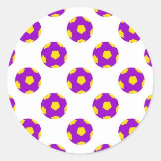 Modelo púrpura y amarillo del balón de fútbol pegatina redonda