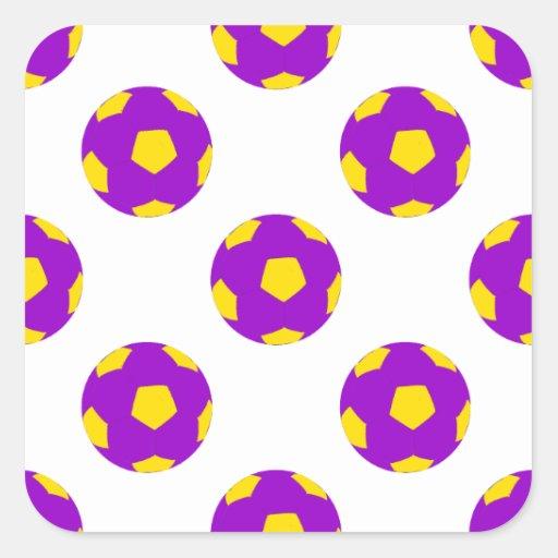 Modelo púrpura y amarillo del balón de fútbol calcomanía cuadrada