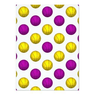 """Modelo púrpura y amarillo del baloncesto invitación 5.5"""" x 7.5"""""""