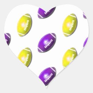 Modelo púrpura y amarillo del fútbol pegatina en forma de corazón