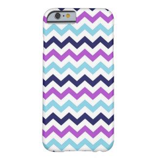 Modelo púrpura y azul de los galones del zigzag funda de iPhone 6 barely there