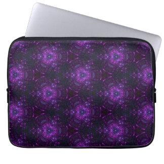 Modelo púrpura y negro del triángulo fundas computadoras