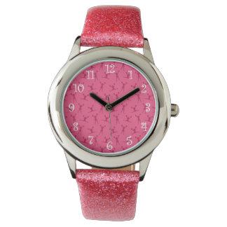 Modelo que anima rosado relojes de mano