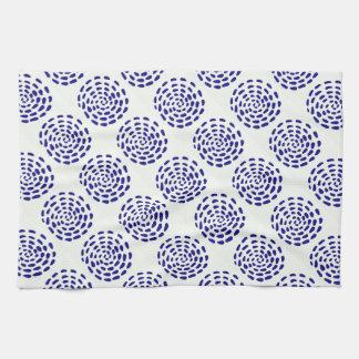 Modelo rayado azul marino del círculo del añil en toallas