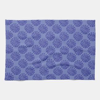 Modelo rayado azul marino del círculo del añil en toallas de mano
