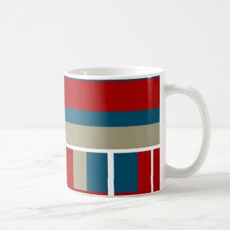 Modelo rayado blanco del moreno fresco del rojo az taza de café