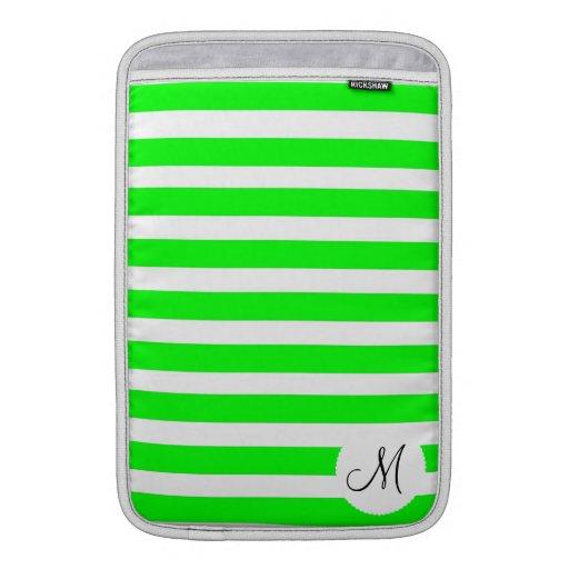 Modelo rayado blanco verde de neón inicial del mon funda macbook air