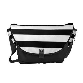 Modelo rayado blanco y negro bolsa de mensajeria