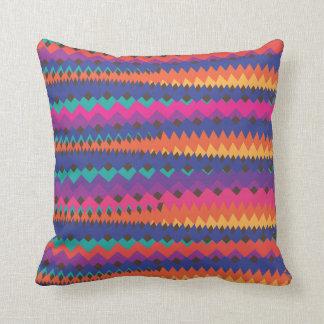 Modelo rayado colorido del zigzag tribal latino almohadas