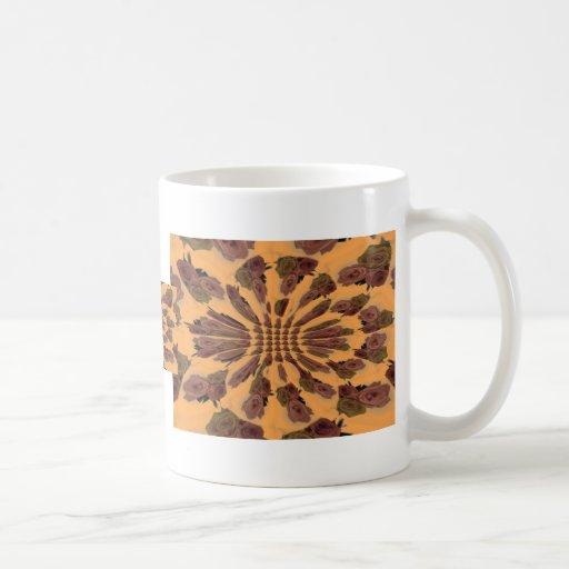 Modelo repetido luz anaranjada de los rosas tazas de café