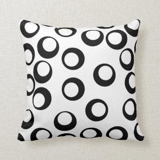Modelo retro blanco y negro de los círculos cojín