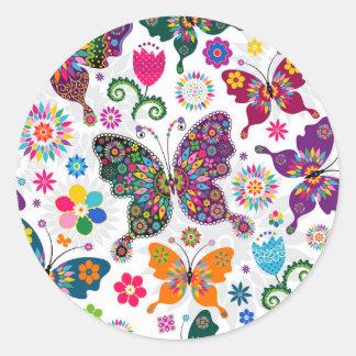 Modelo retro colorido de las mariposas y de flores pegatina redonda