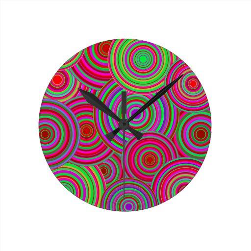 Modelo retro de los círculos del rosa y del verde reloj redondo mediano