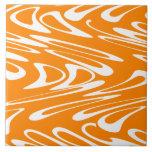 Modelo retro del naranja y blanco azulejo