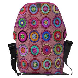 Modelo retro rosado sucio del círculo bolsas de mensajeria