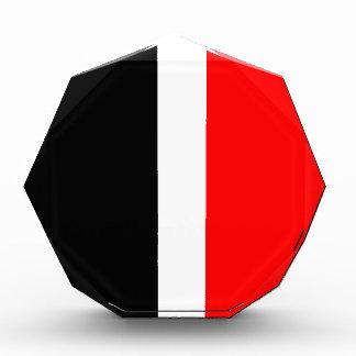Modelo rojo, blanco y negro