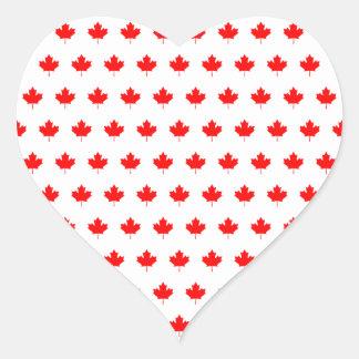 Modelo rojo de la hoja de arce pegatina en forma de corazón