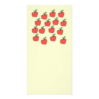 Modelo rojo de la manzana en la crema tarjeta con foto personalizada