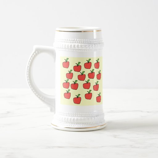 Modelo rojo de la manzana, en la crema taza de café