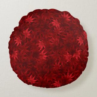 Modelo rojo de las hojas de arce cojín redondo