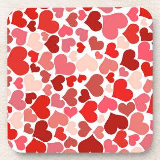 Modelo rojo de los corazones posavasos de bebidas
