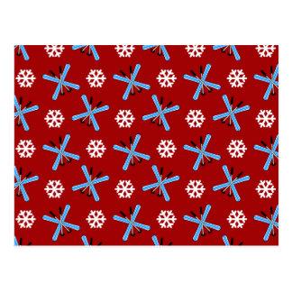 modelo rojo de los esquís y de los copos de nieve tarjetas postales