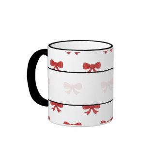 Modelo rojo del arco de la cinta en blanco taza de dos colores