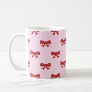 Modelo rojo del arco de la cinta en rosa taza