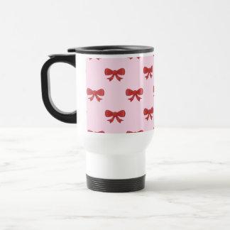 Modelo rojo del arco de la cinta en rosa taza térmica