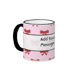 Modelo rojo del arco de la cinta en rosa. Texto de Taza De Dos Colores