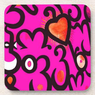 Modelo rojo del corazón en rosa posavasos de bebida