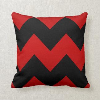 Modelo rojo oscuro y negro profundo de Chevron Cojín Decorativo