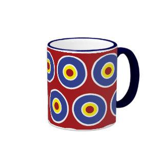 Modelo rojo y azul de la diana de los círculos con taza a dos colores