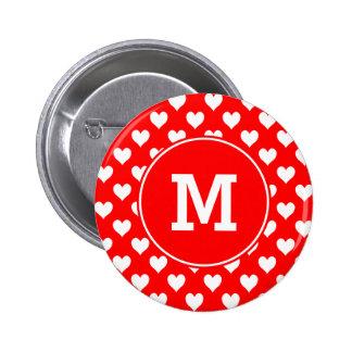 Modelo rojo y blanco con monograma del corazón pin redondo de 2 pulgadas