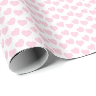 Modelo rosa claro del corazón en el papel de papel de regalo