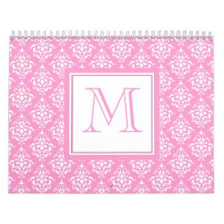 Modelo rosado 1 del damasco con el monograma calendarios de pared