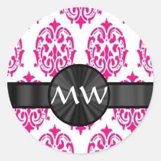 Modelo rosado con monograma del damasco pegatina redonda